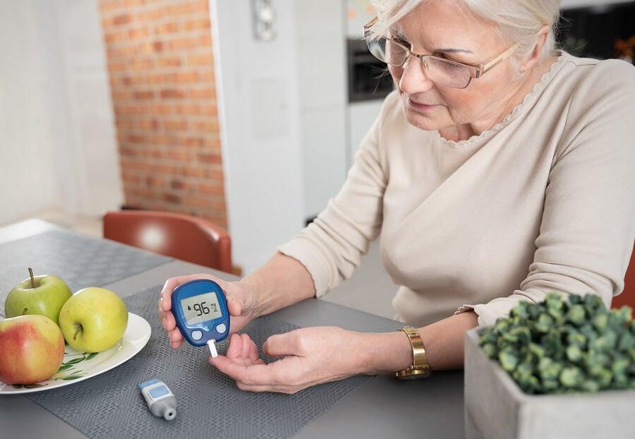 Paciente diabética mide su glucosa.