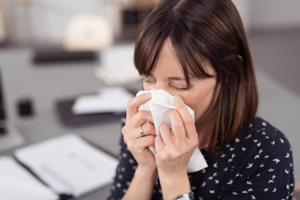 Mujer estornudos