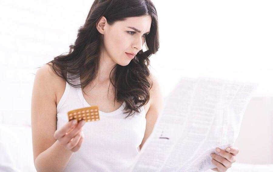 Mujer con píldoras anticonceptivas