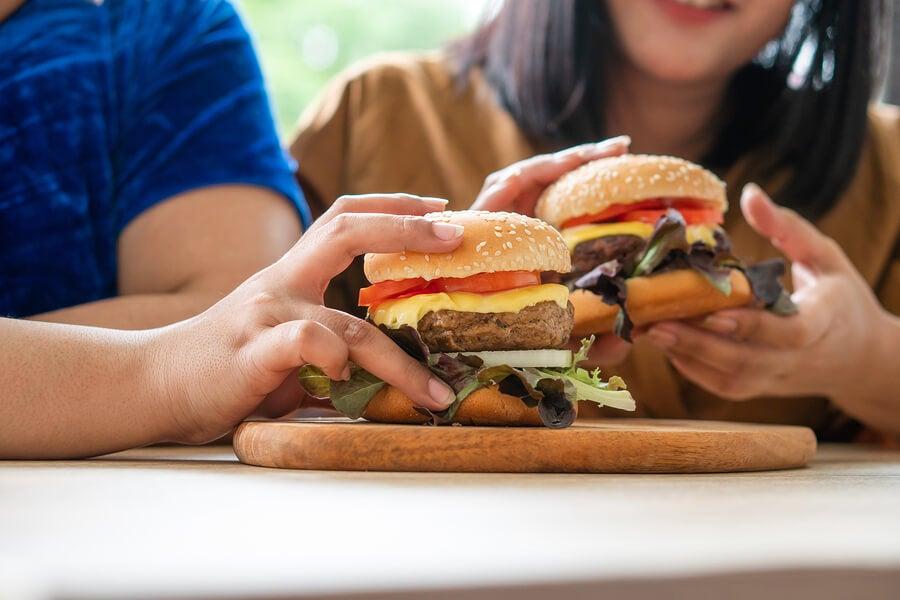 ¿Cómo evitar los atracones de comida?