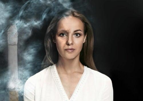 Las arrugas de la persona que fuma
