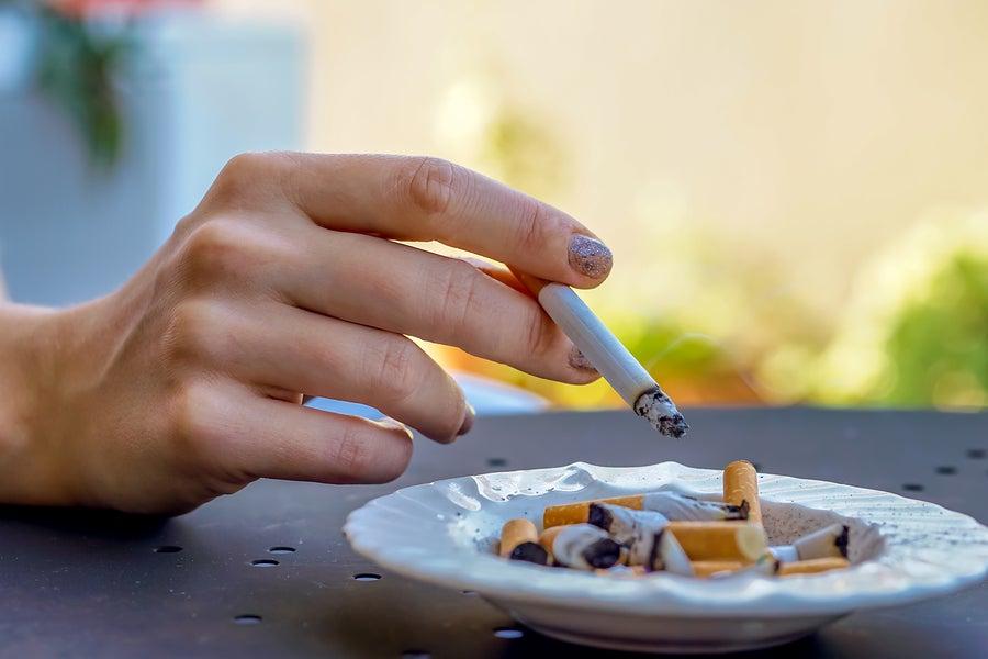 Cigarrillo consumido en una mesa.