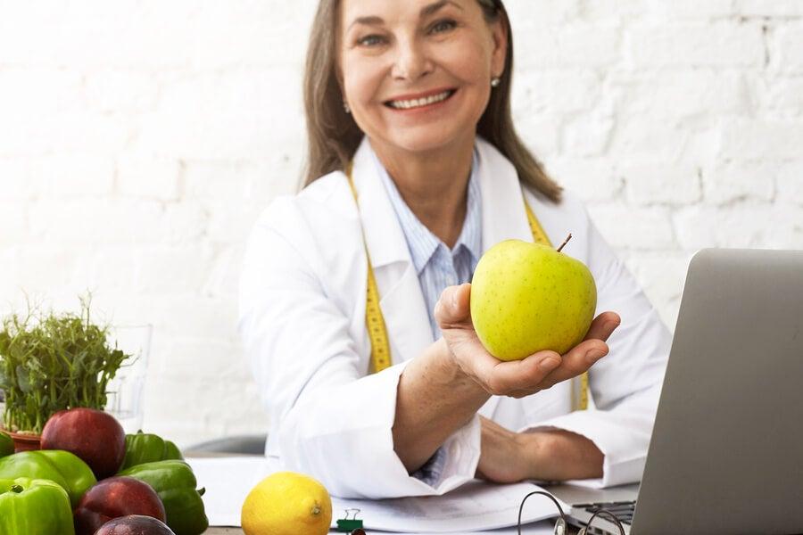 Nutricionista elabora dieta saludable para niños.