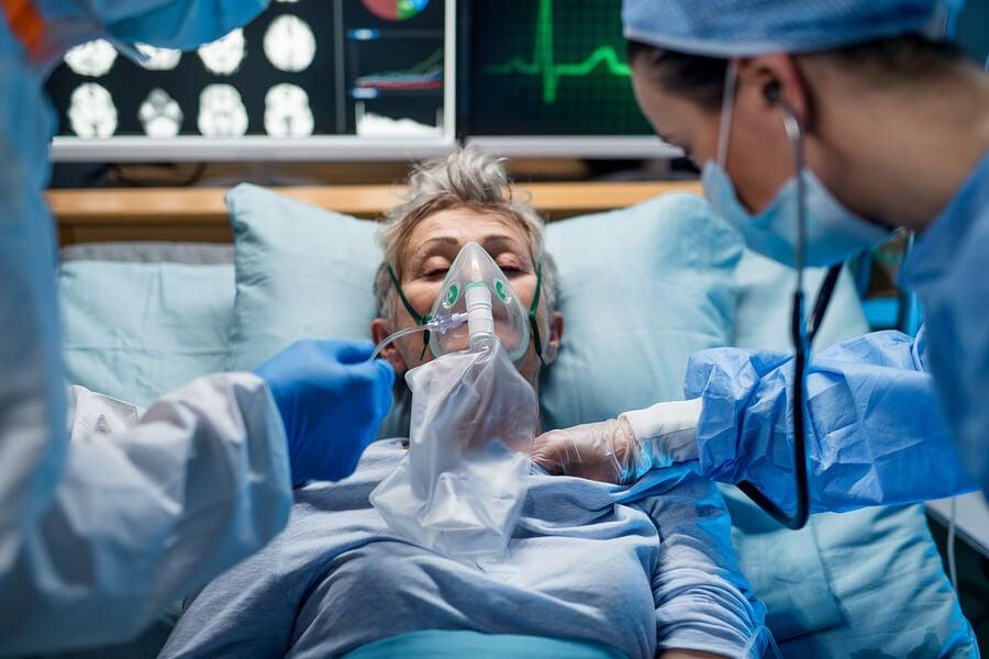 Paciente anciana con neumonía internada.