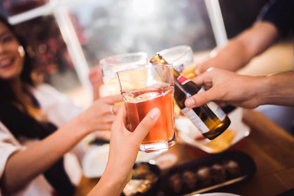 Personas consumiendo bebidas alcohólicas