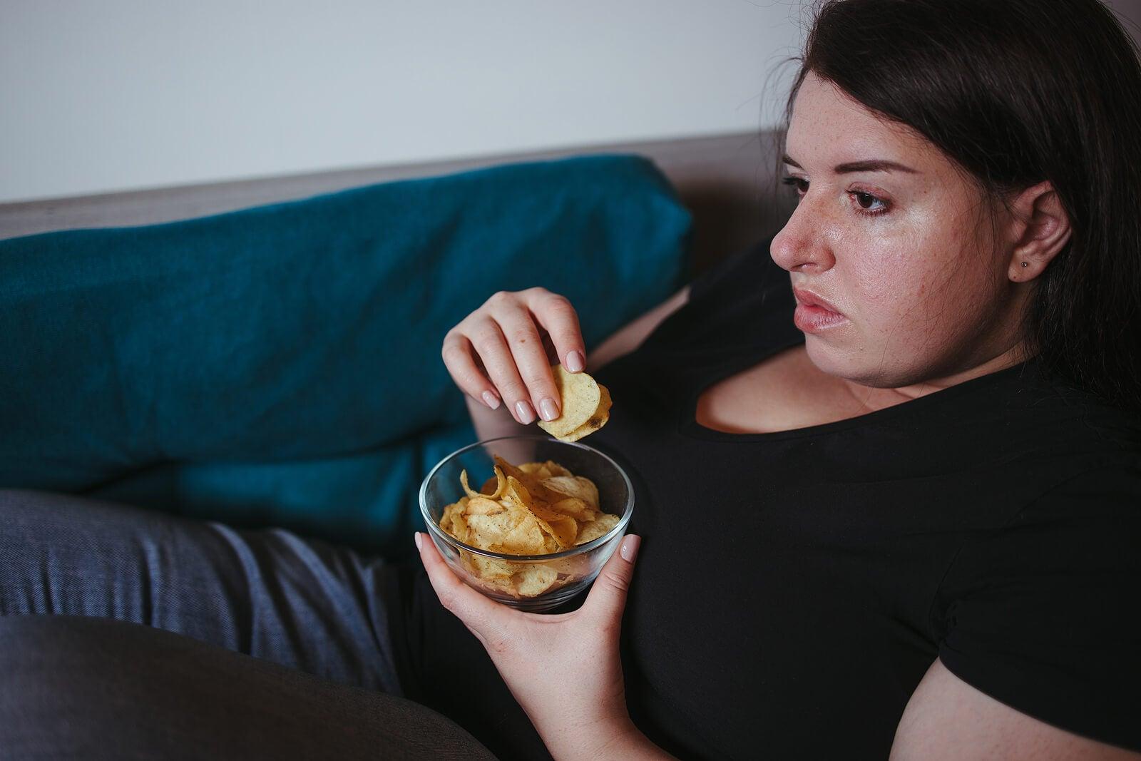 Mujer sedentaria y obesa.