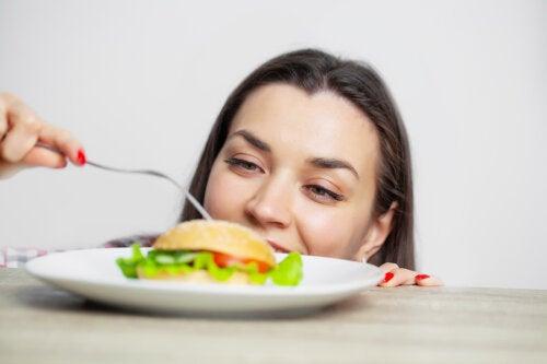 Comer en exceso: consecuencias y claves para evitarlo