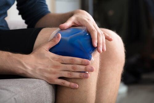Colocación de frío en la rodilla