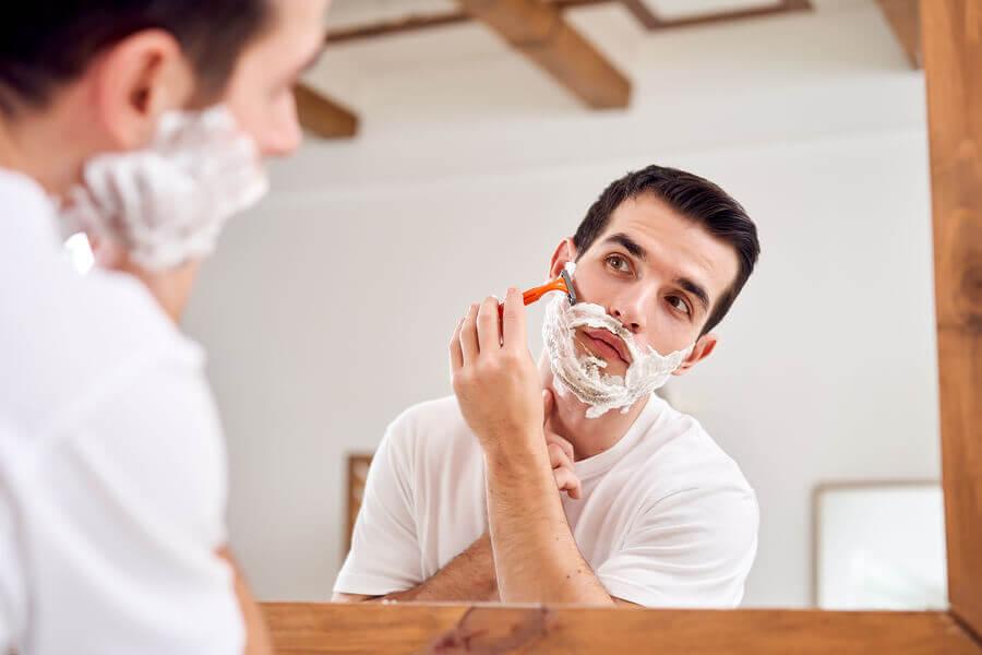 Hombre rasurando sus vellos