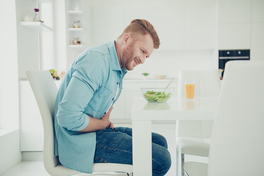 Hombre con dolor estomacal