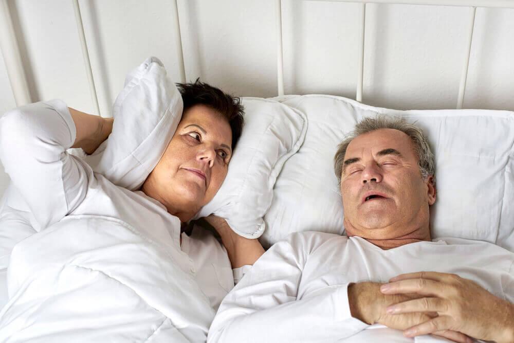Hombre ronca en la cama.