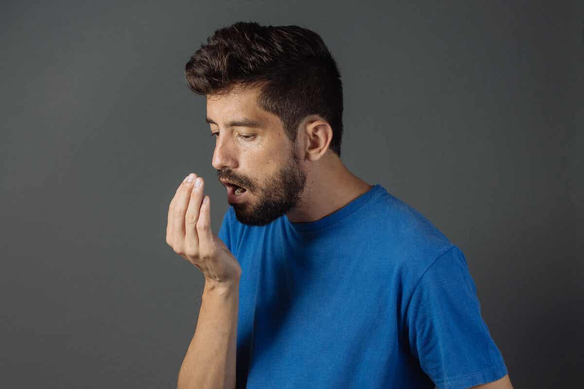 Mal aliento en un hombre por no limpiar la lengua.