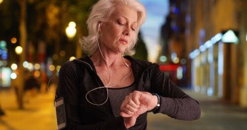 Mujer hace ejercicio de noche