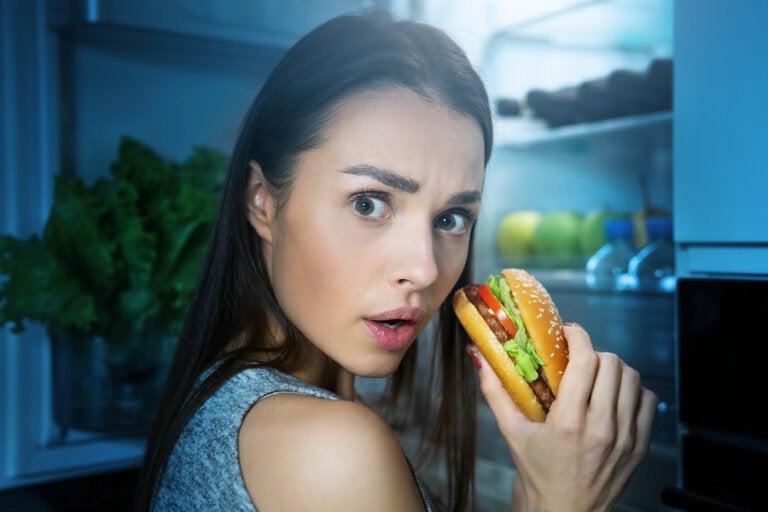 2 razones por las que cenar tarde engorda