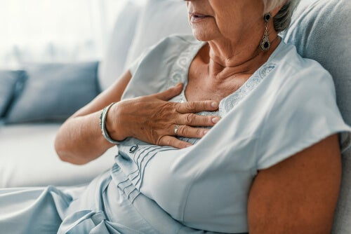 Mujer menopáusica con dolor en el pecho