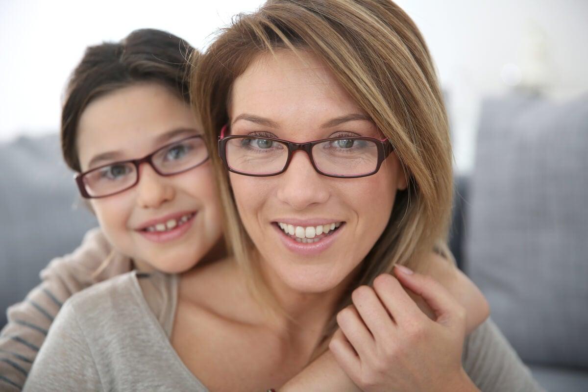 Madre e hija con lentes