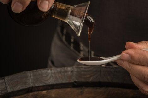 Vinagre balsámico en cuchara