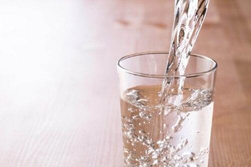 Beneficios del agua tibia en ayunas