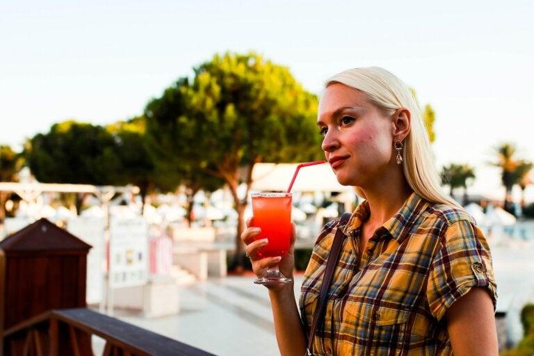 4 bebidas que causan deshidratación y que debemos evitar en verano