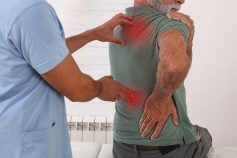 Dolor en la espalda revisado por un médico.
