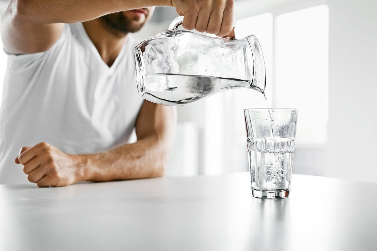 4 razones para beber agua tibia en lugar de fría