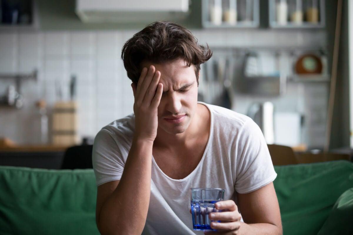 Hombre joven con migraña
