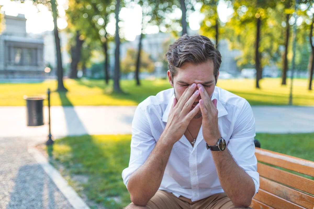 Hombre con sinusitis