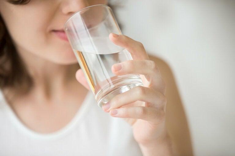 Estos son los beneficios de beber agua con el estómago vacío