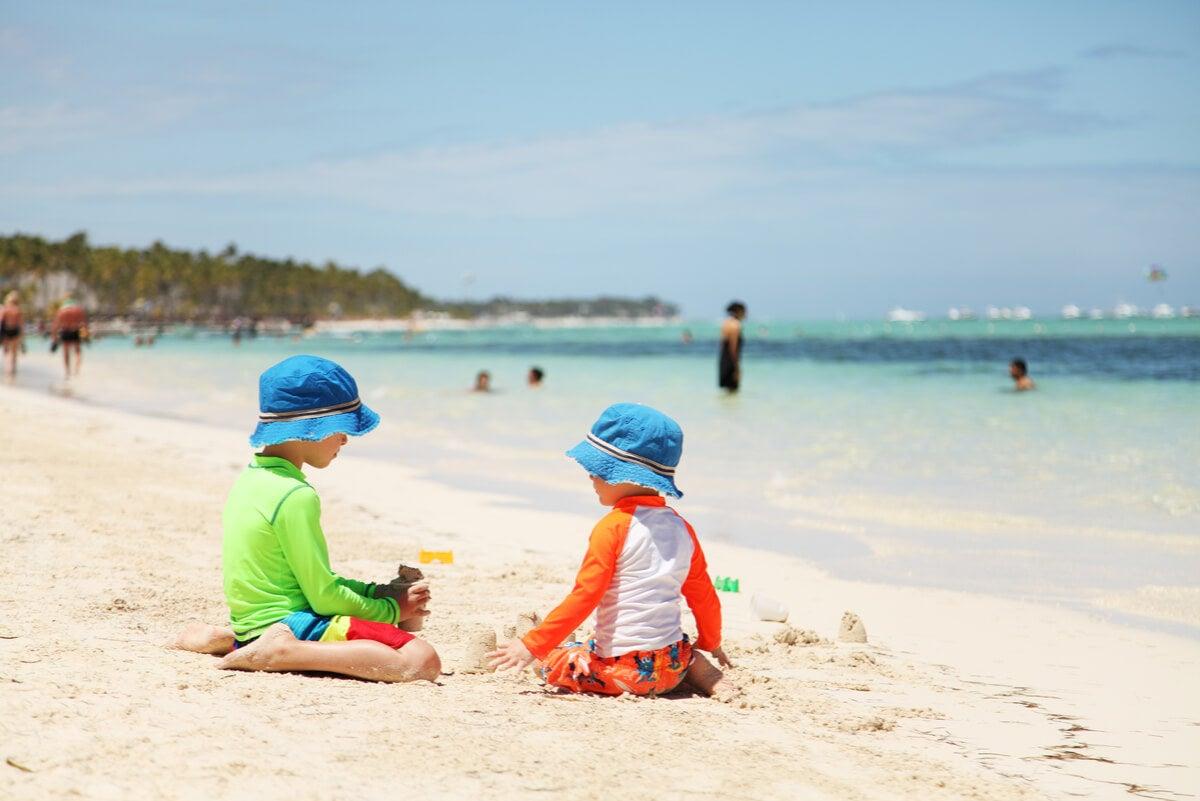 Juegos en la playa entre niños en verano