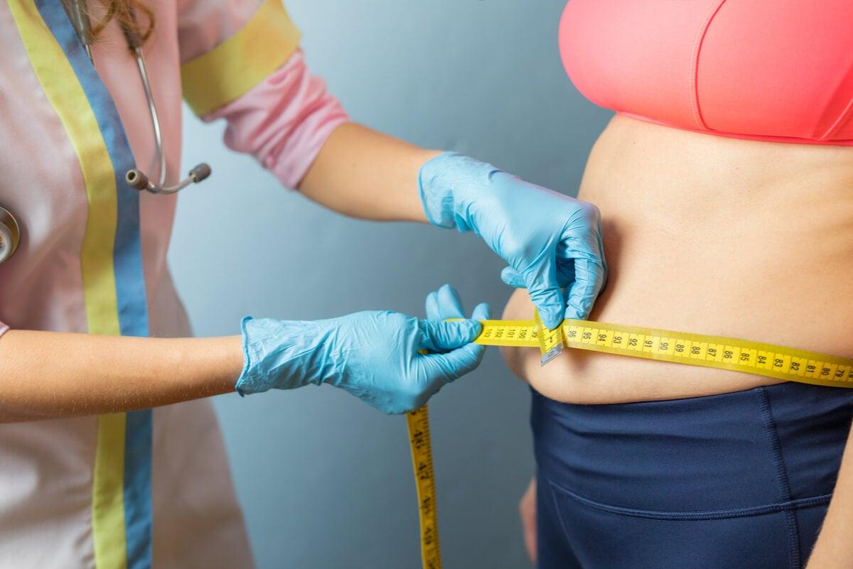 Médica mide el abdomen de paciente
