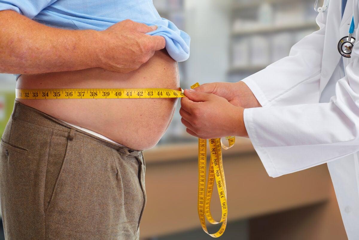 Medición de abdomen en un consultorio