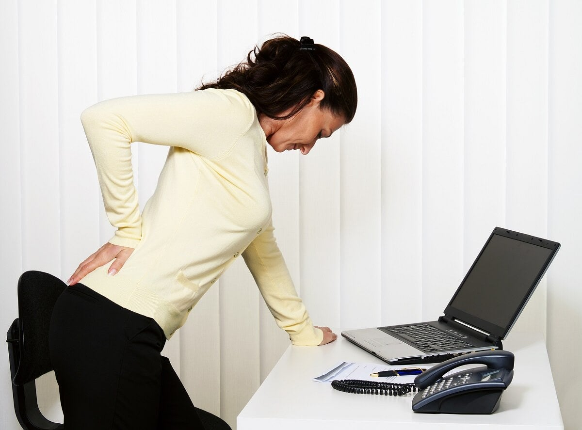 Mujer con dolor lumbar y muscular.