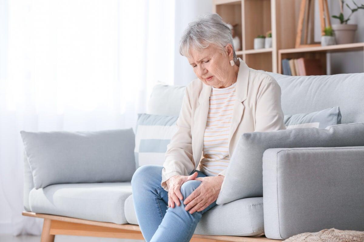 Mujer con dolor articular en rodilla