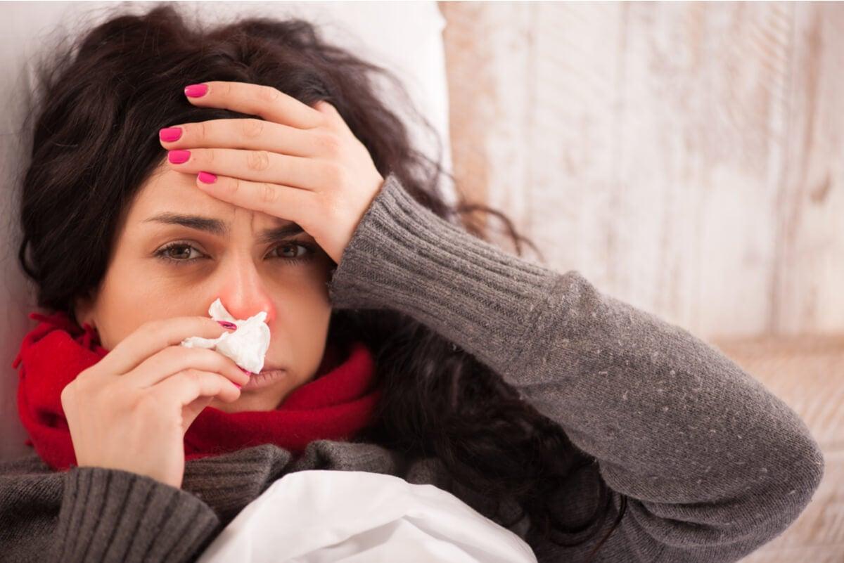 Mujer con dolor por gripe