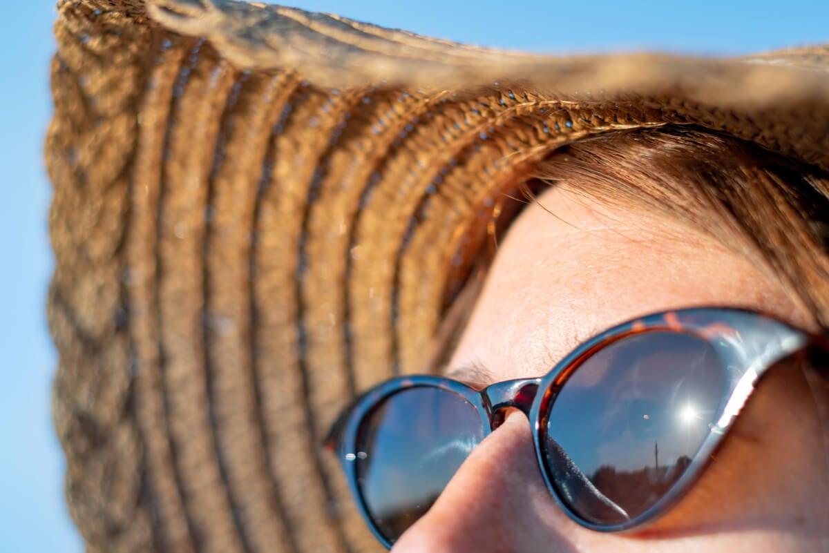 Mujer con lentes de sol