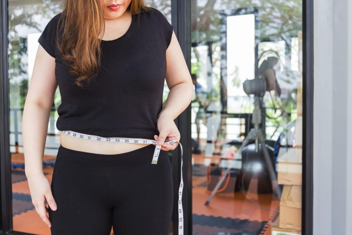 Mujer con sobrepeso corporal por enfermedad de Hashimoto.