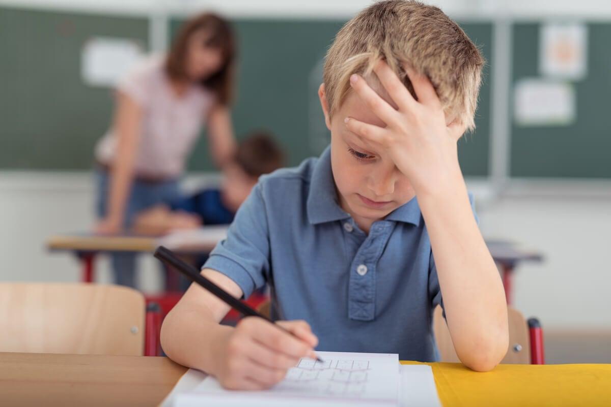 Niño con migraña en la escuela