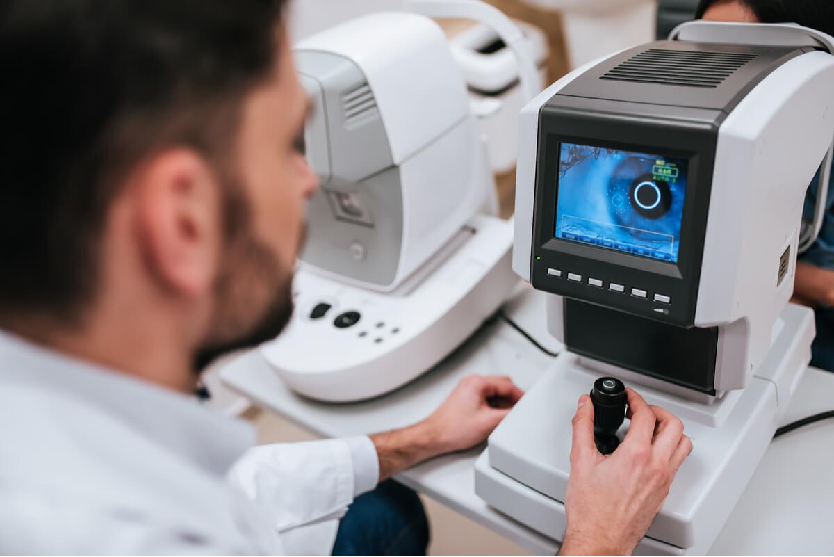 Exame de retina para retinopatia hipertensiva