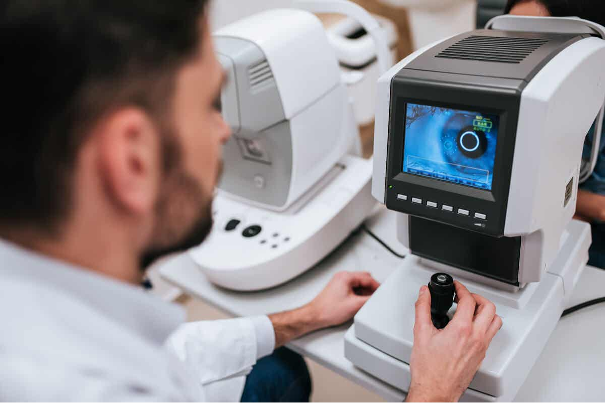 Examen de retina para la retinopatía hipertensiva.