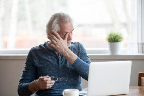Consejos para evitar los síntomas del ojo seco por el uso de pantallas