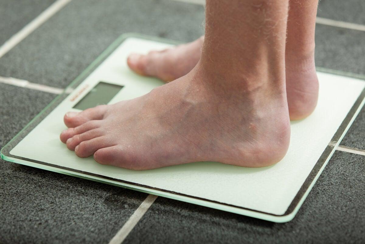 Subir de peso y medirse en una balanza.