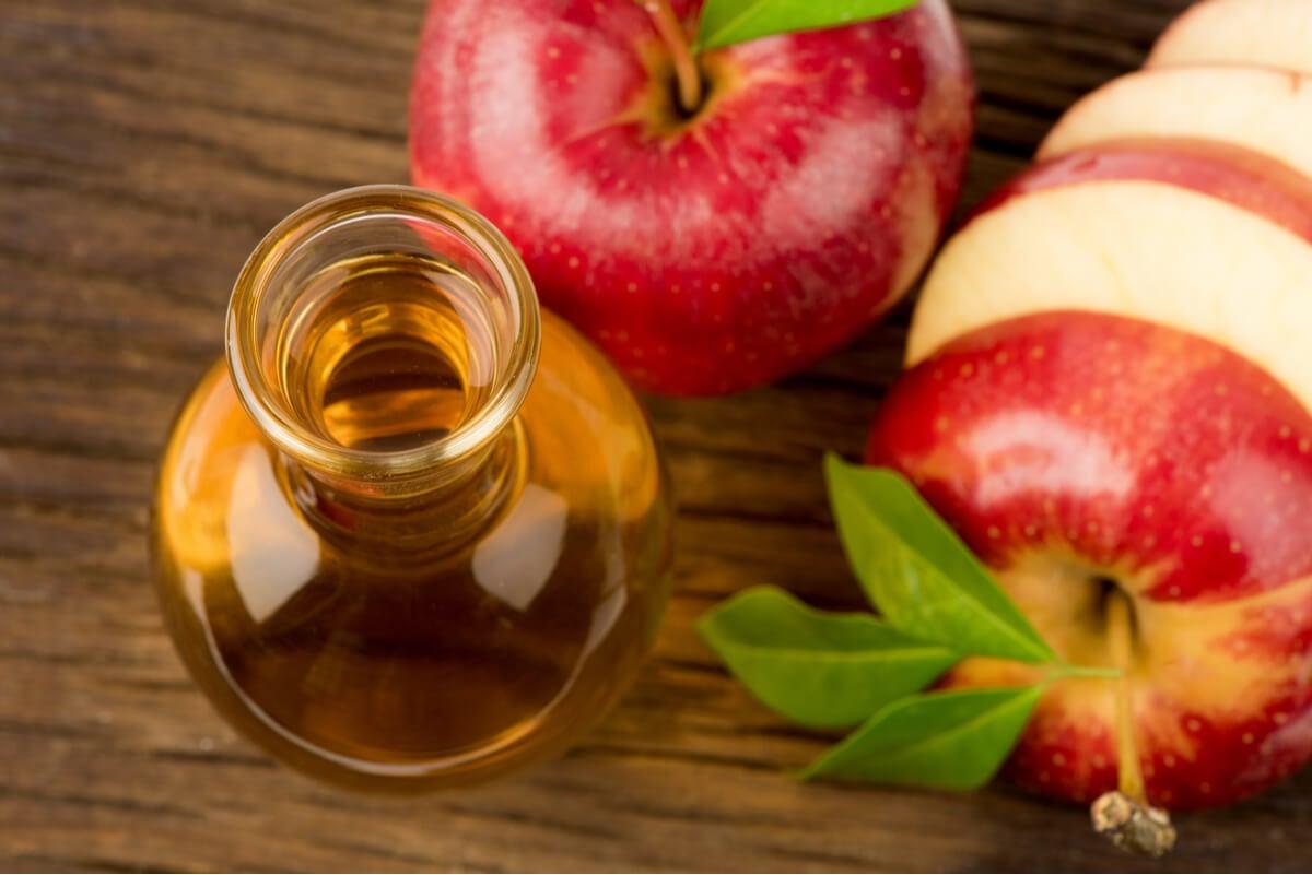 ¿Cómo actúa el vinagre de manzana en la piel?