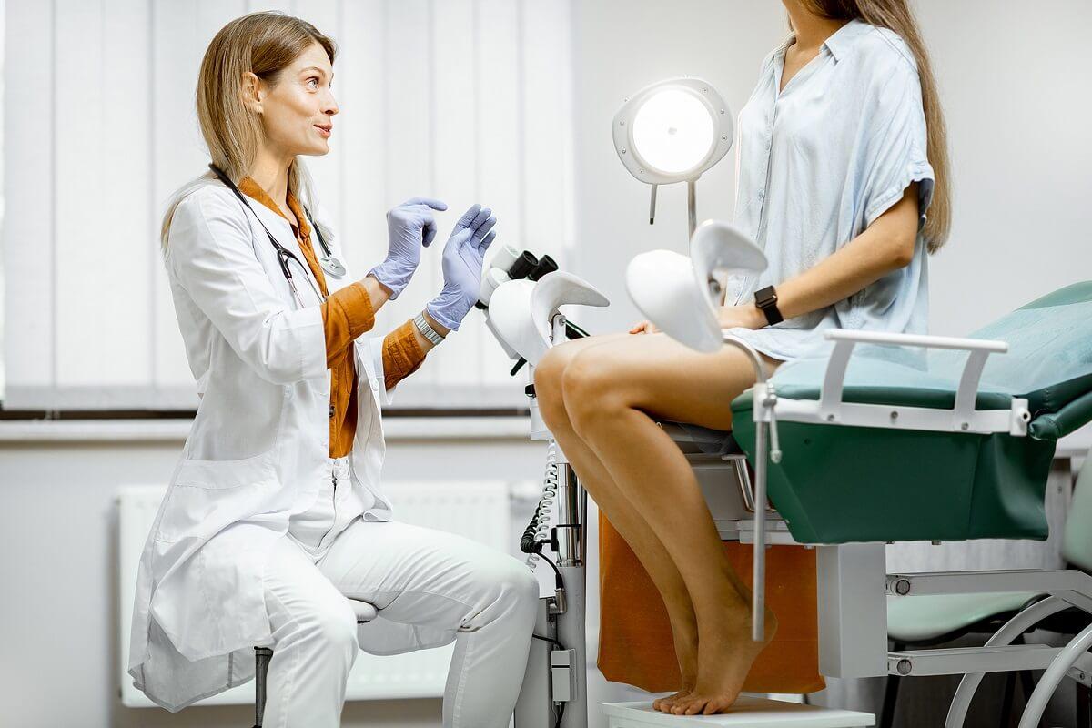 Prueba de cultivo endocervical en un consultorio.