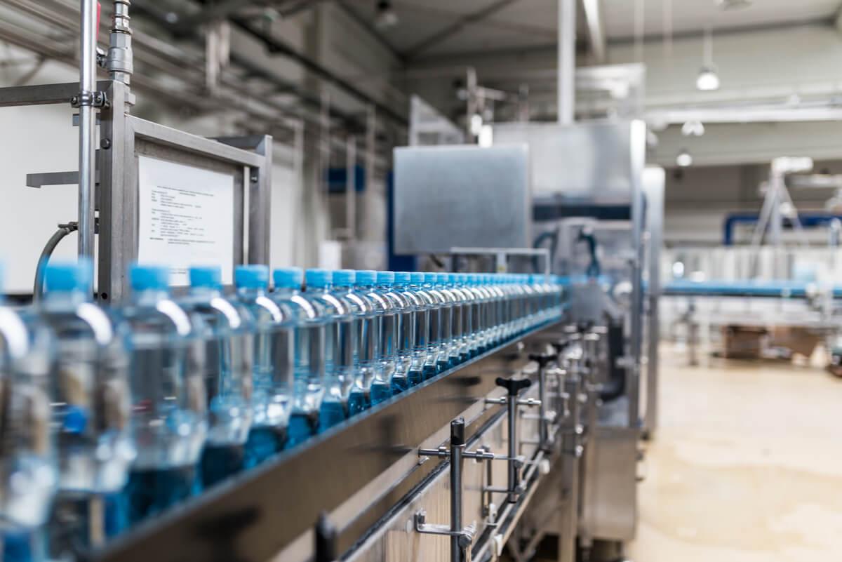 Agua embotellada en fábrica