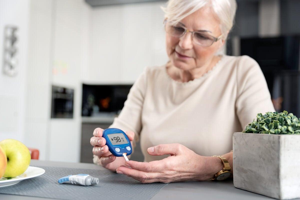 Mujer mide su glucemia