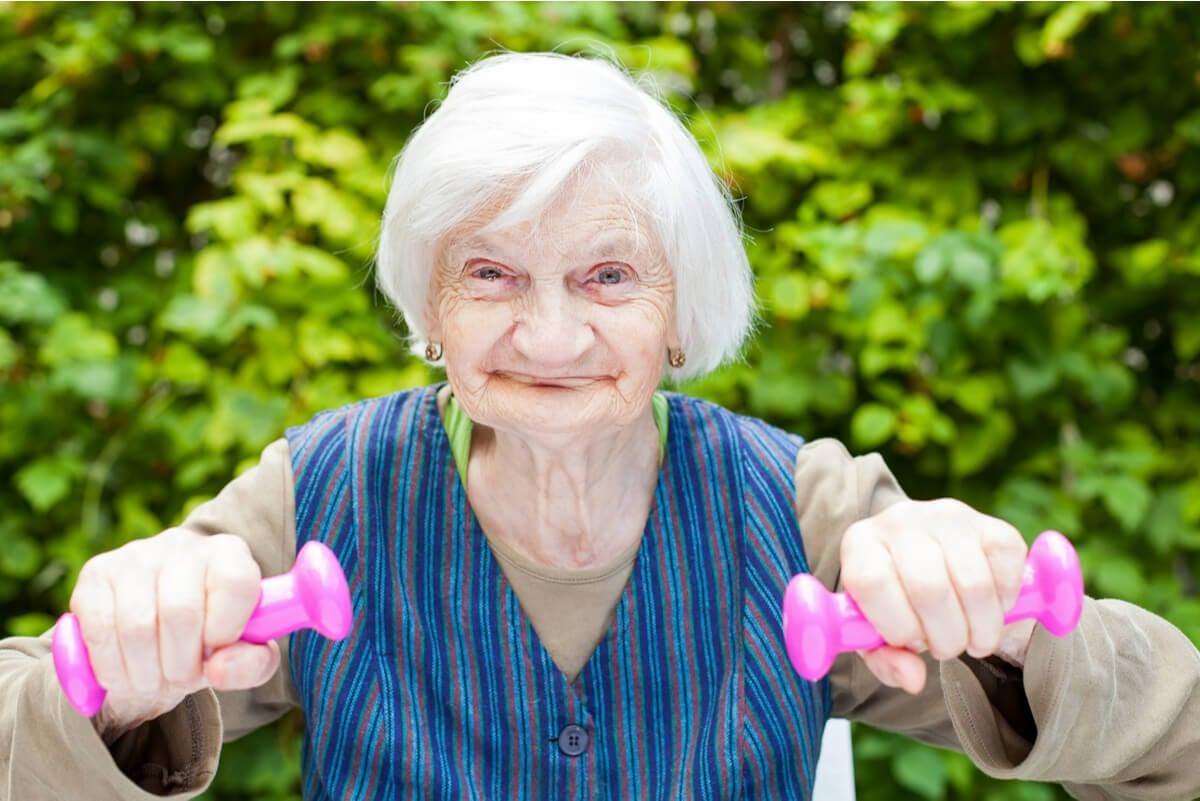 Mujer realiza pesas.