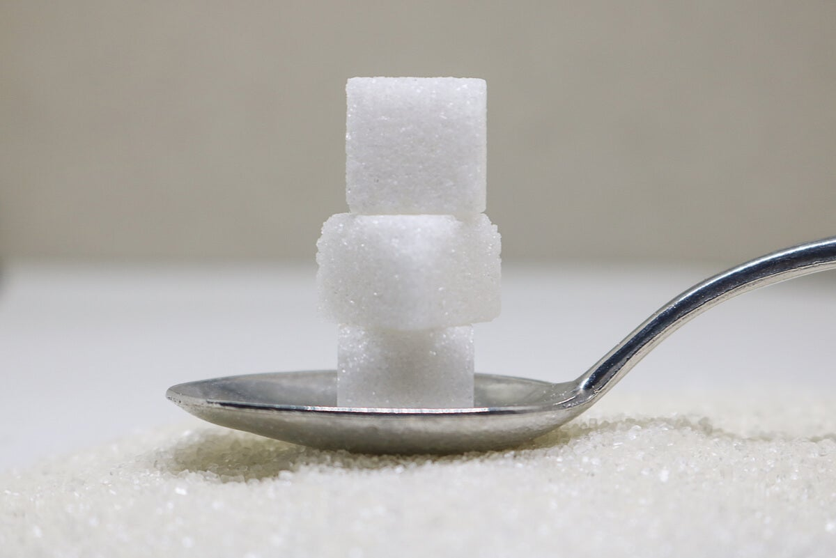 Azúcar refinado en cuchara
