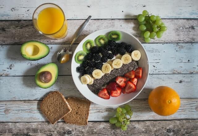 frutas en un plato y un vaso de jugo. Comida saludable para calmar la ansiedad de fumar