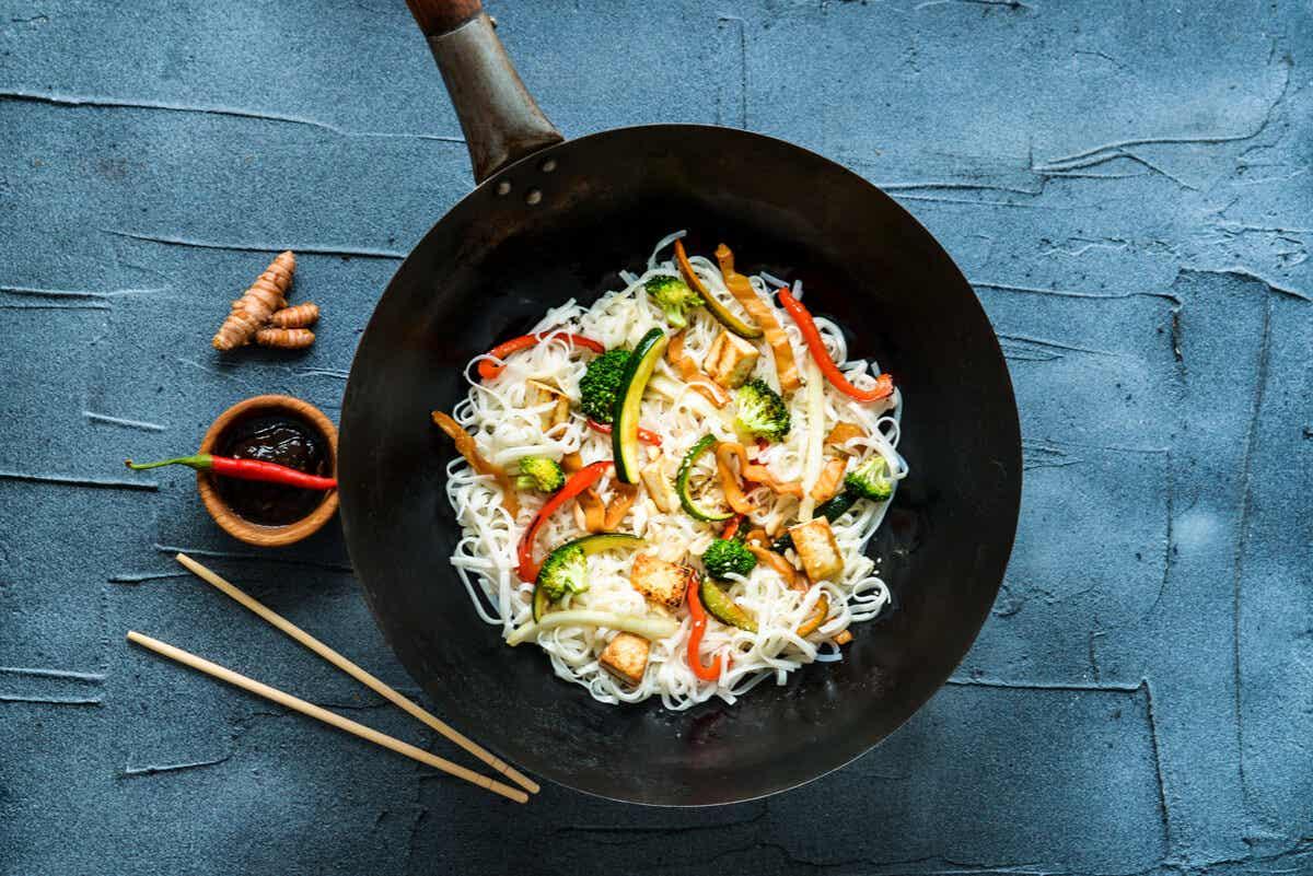 Comida thai en plato.