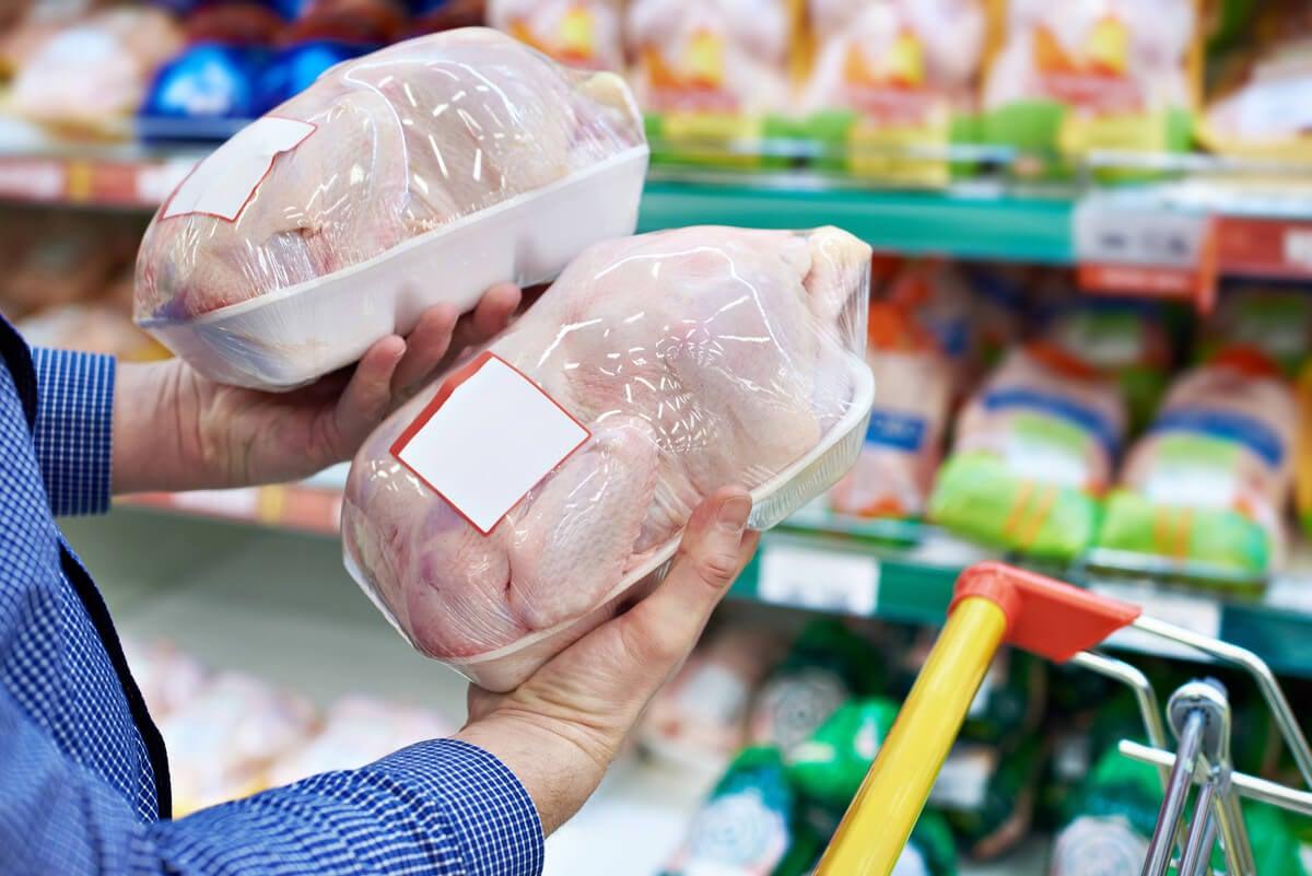 Pollo en el supermercado.